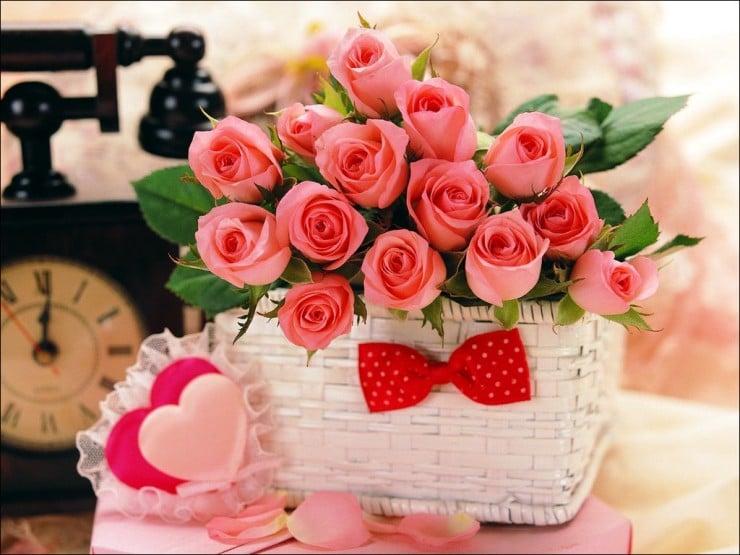 çiçek sepeti ve güller