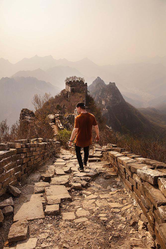 Çin Seddi'nde Yürüyen Adam
