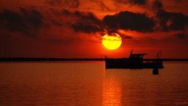 Harika gün batımı ve tekne