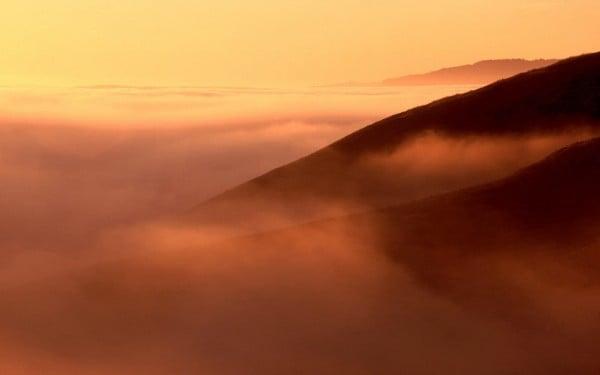 Sisli gün batımı manzarası