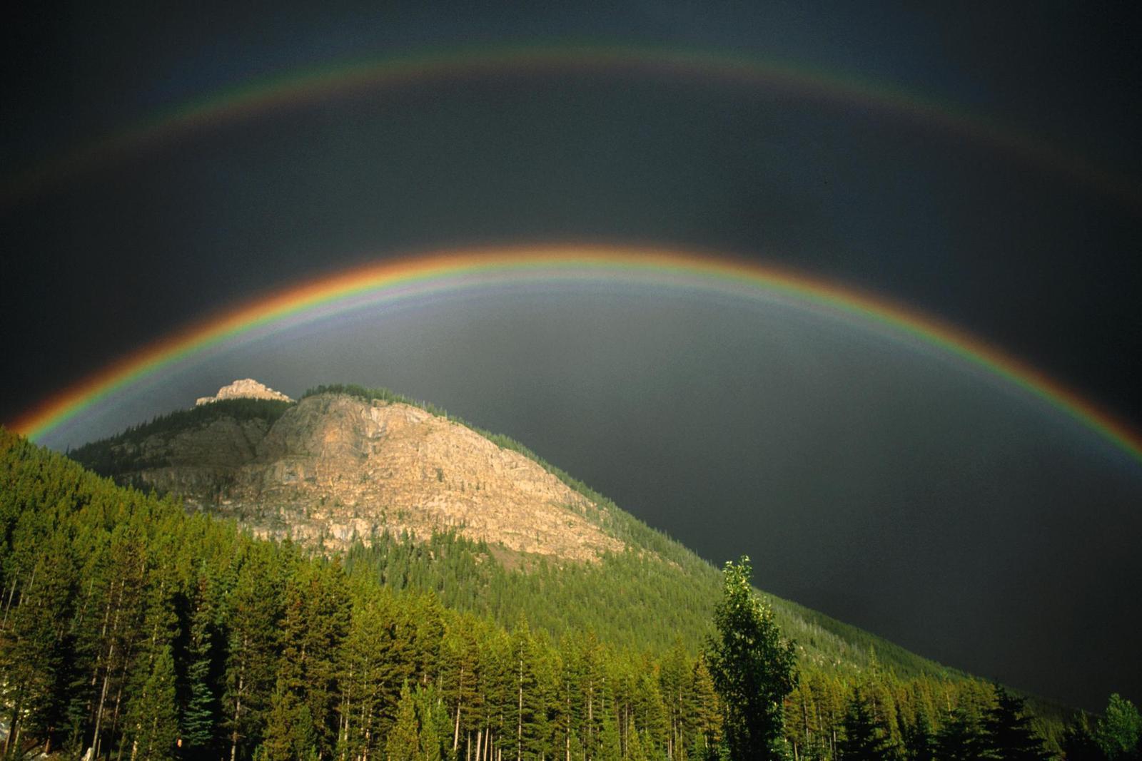Tepe ve Üstündeki Gökkuşağı