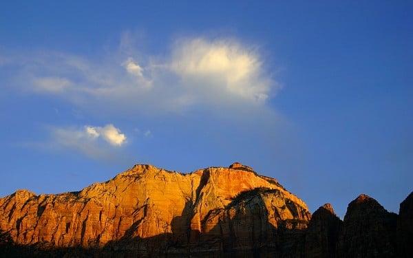 Tepe ve bulut manzaralı duvar kağıdı
