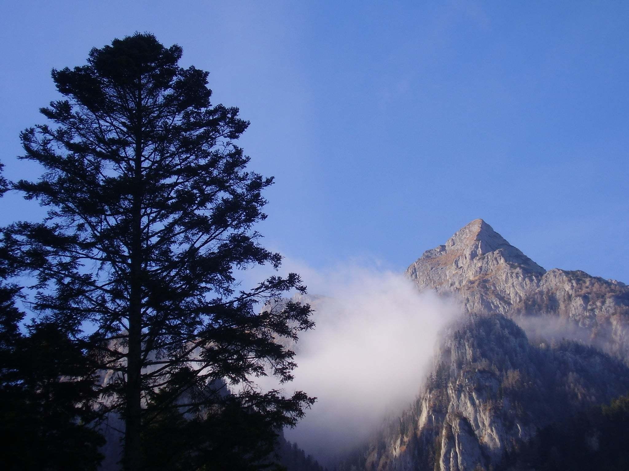 Yüksek dağlar ve bulutlar