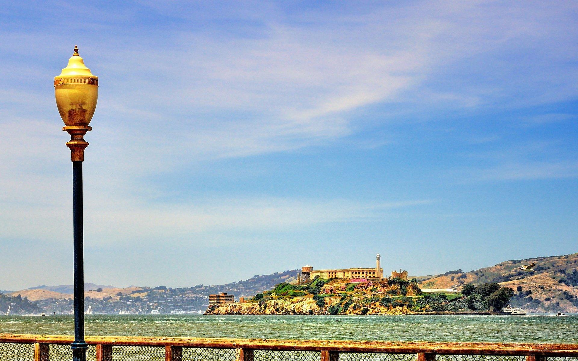alcatraz adası ve sokak lambası
