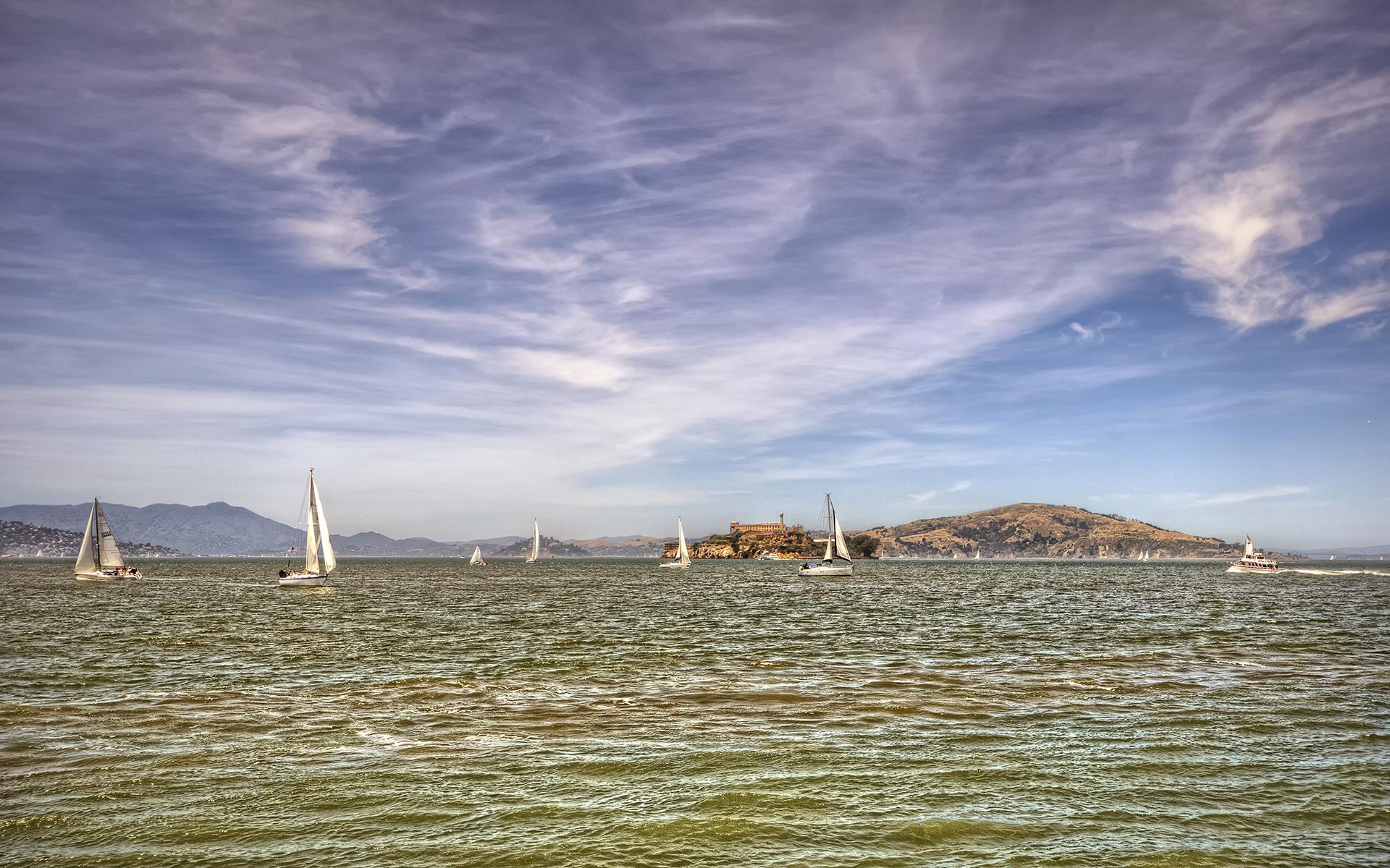 alcatraz adası ve yelkenliler
