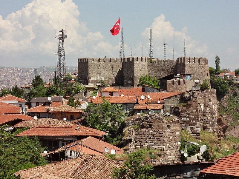ankara kalesi ve türk bayrağı
