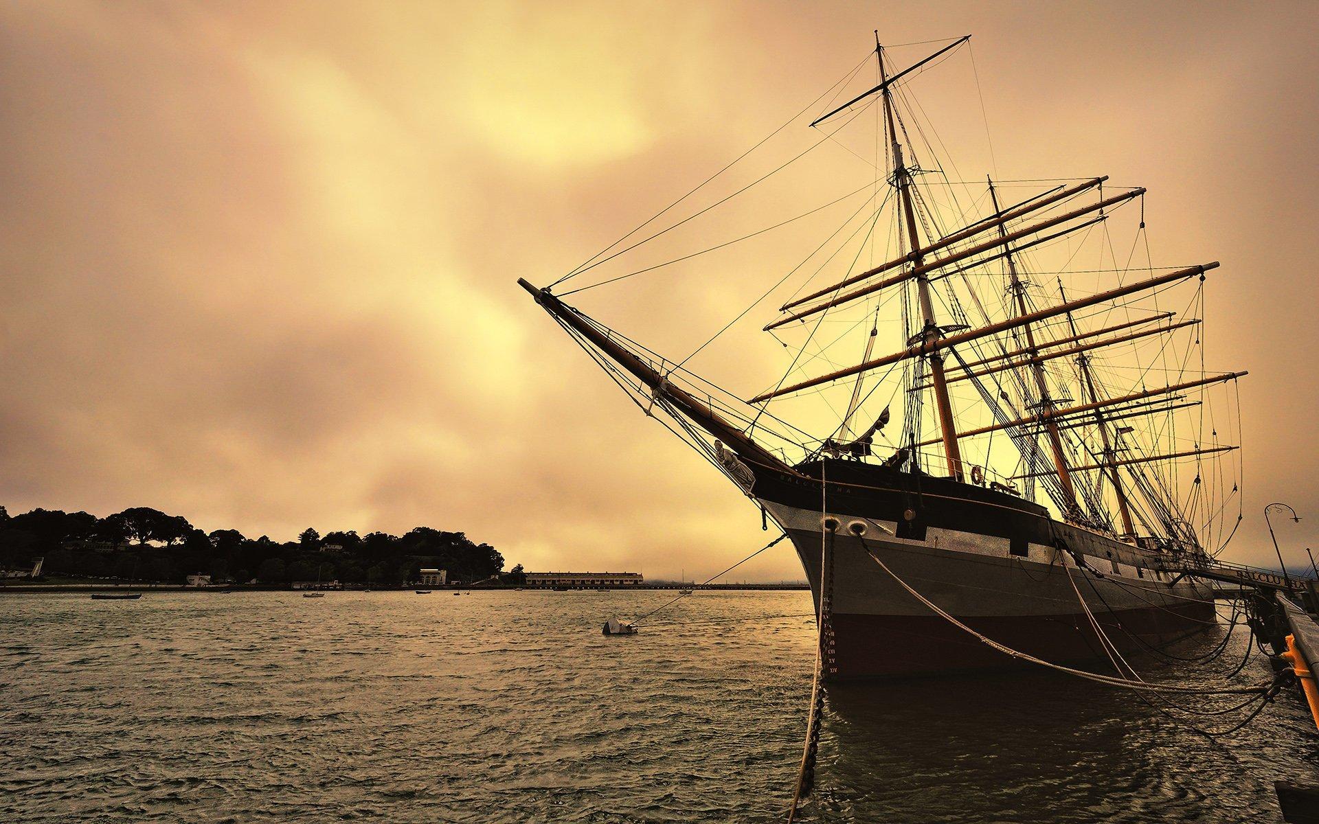 büyük yelkenli ve gün batımı