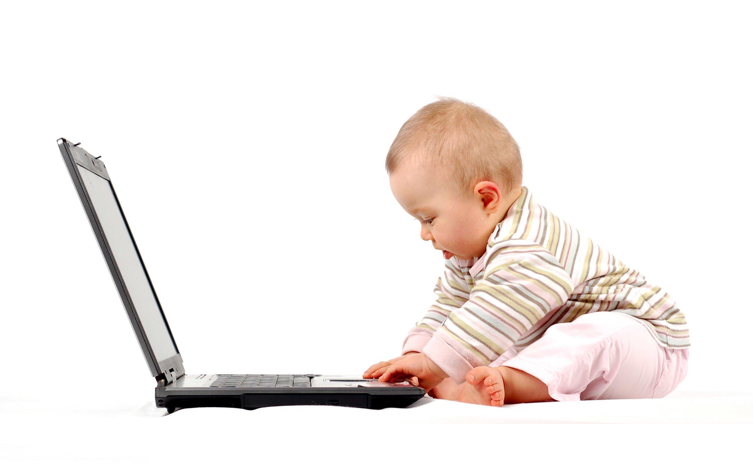 Laptop kullanan bebek