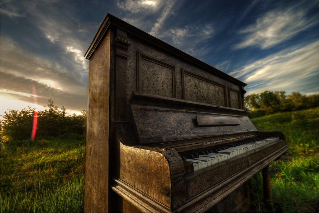 eski bir piyano