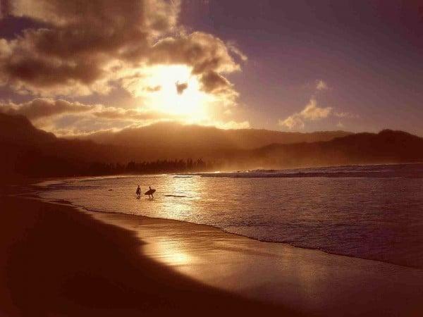 sörfçüler ve gün batımı