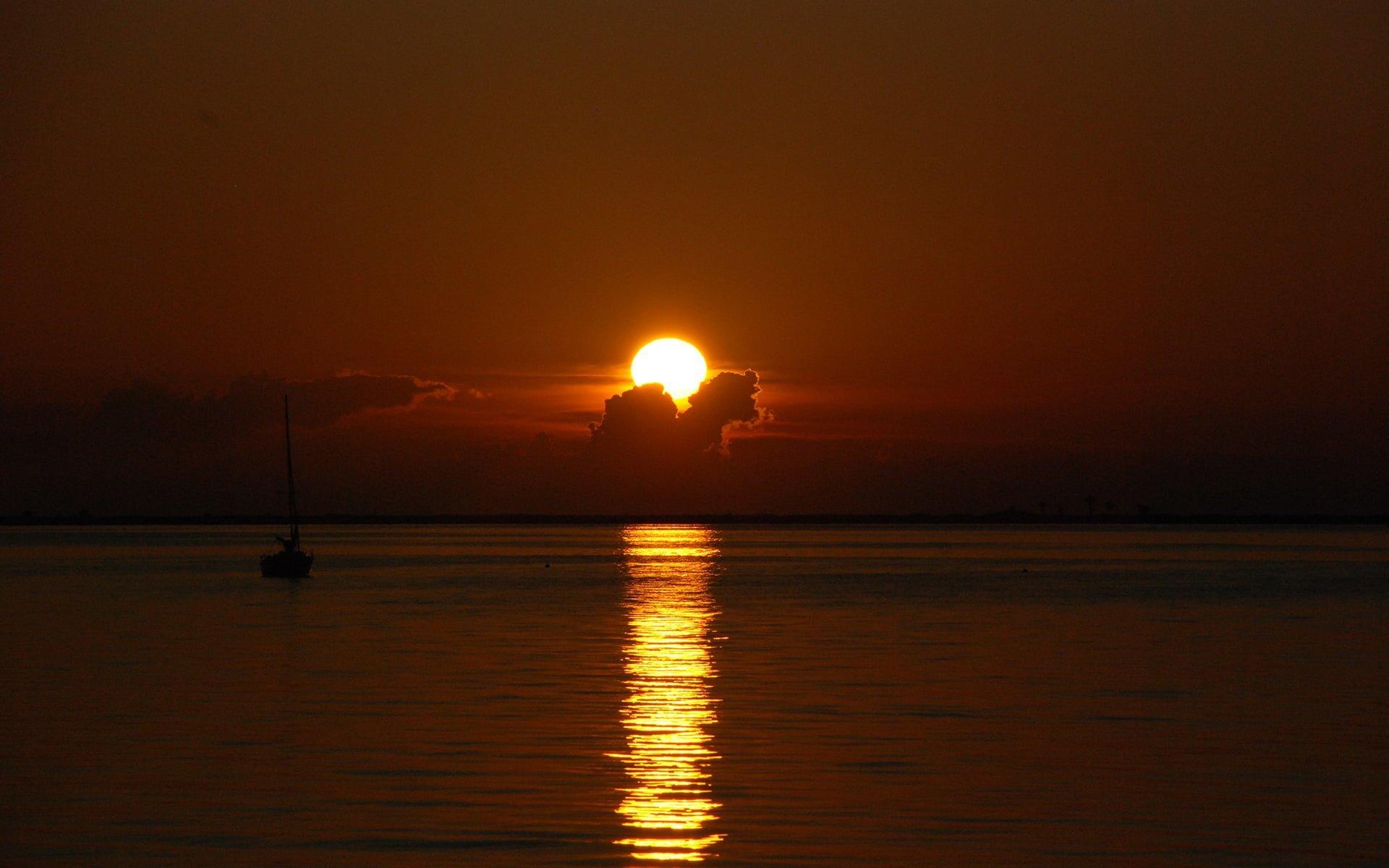 gün batımı ve yelkenli