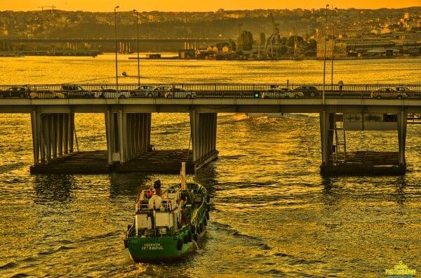 haliç'te bir tekne