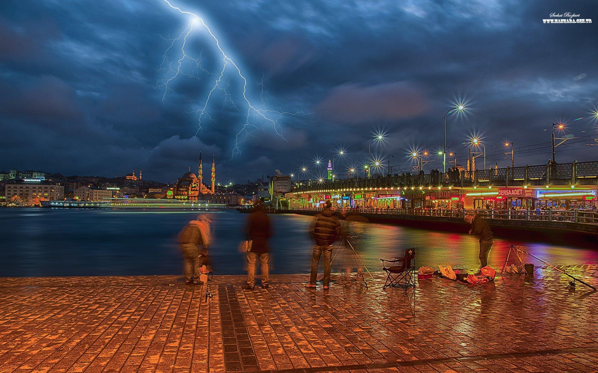 Karaköy yıldırım manzarası