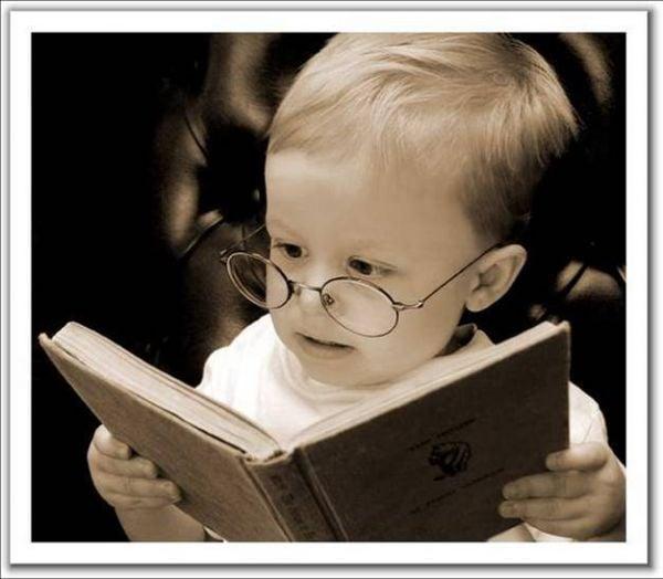 kitap okuyan çocuk