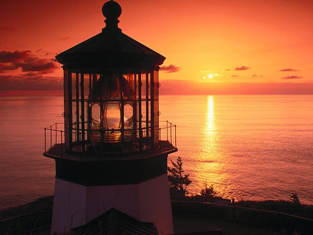 Gün batımında deniz feneri