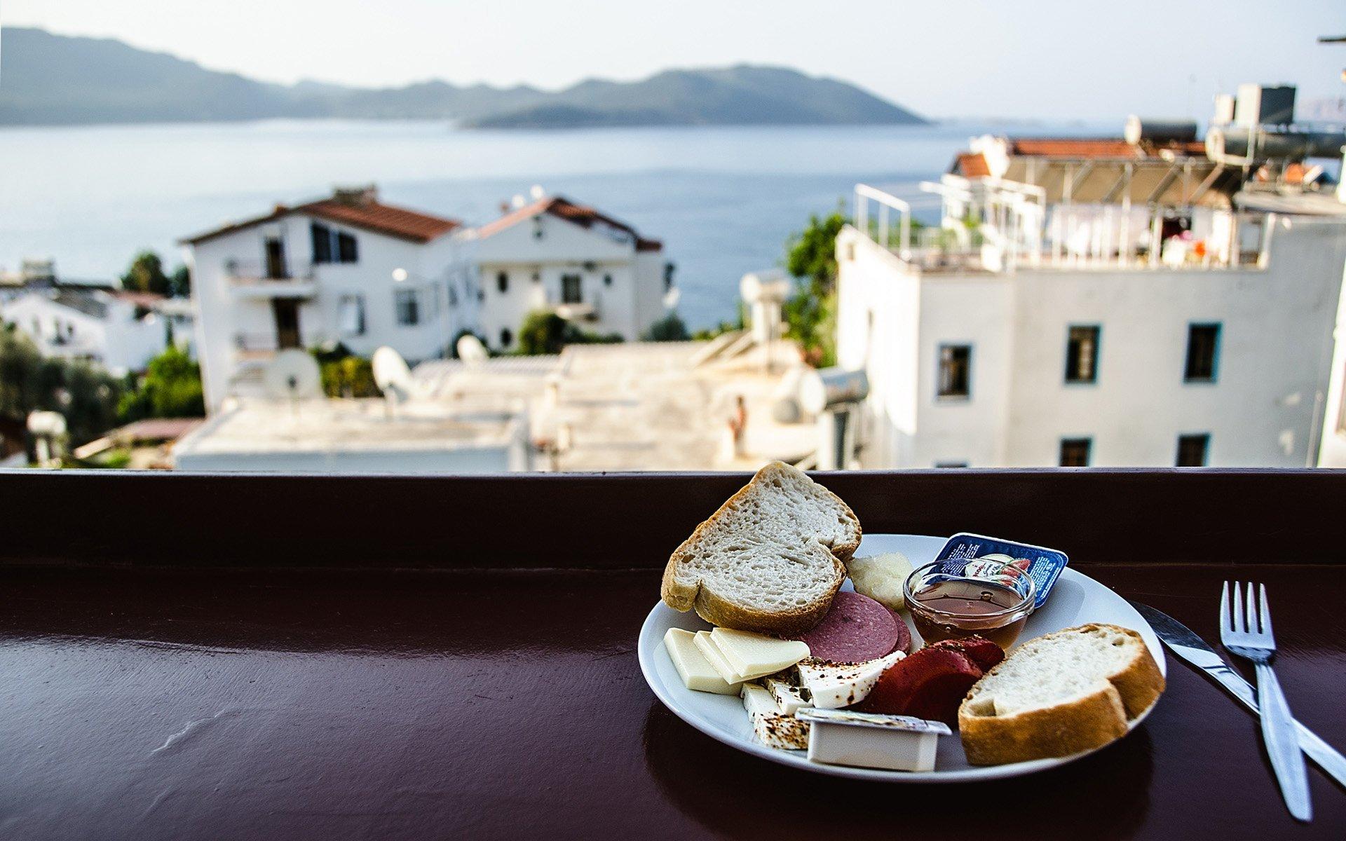 manzaraya karşı kahvaltı