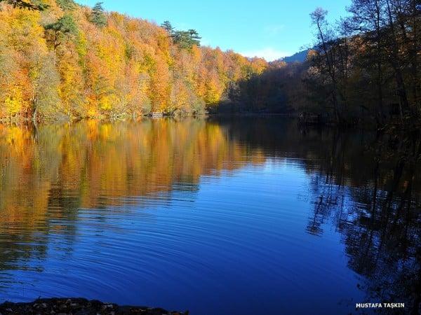 mavi göl ve yansımalar