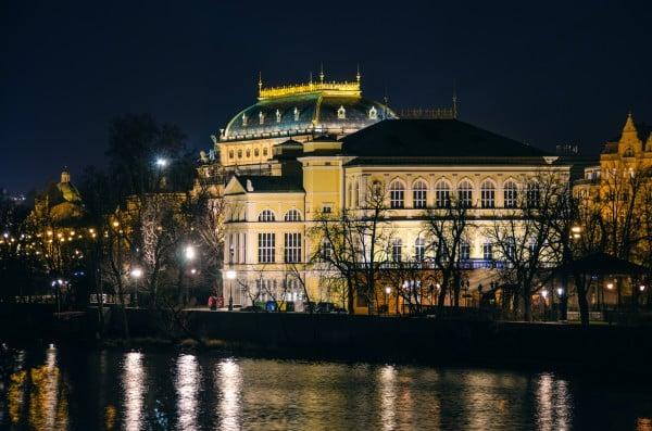 prag altın kubbeli bina