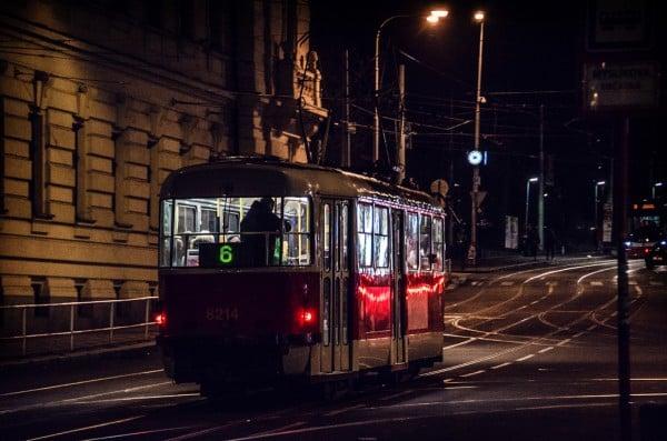 prag tramvay gece