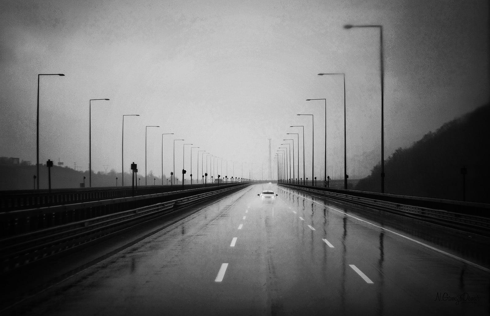 siyah beyaz yol manzarası