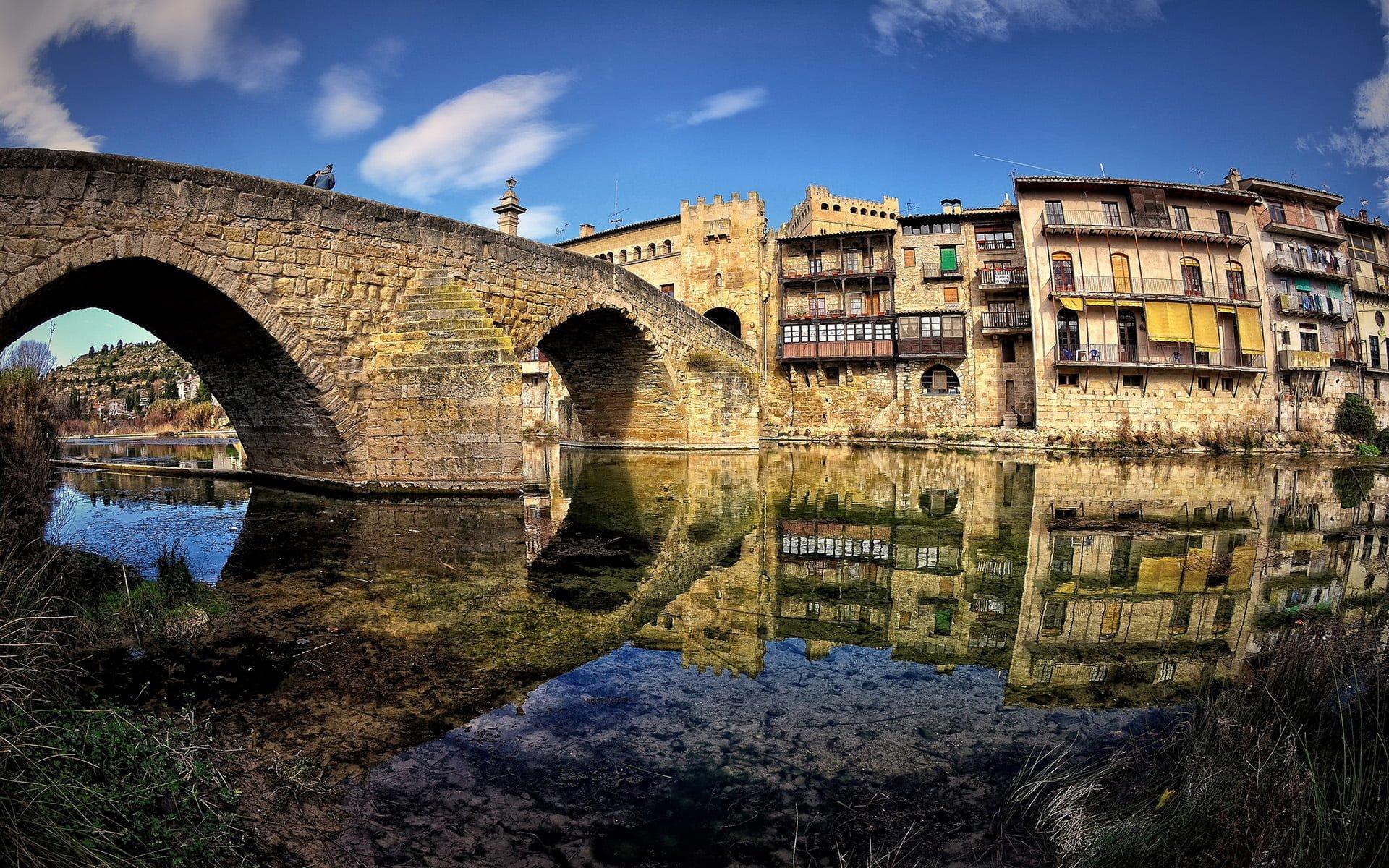 taş köprü ve nehir