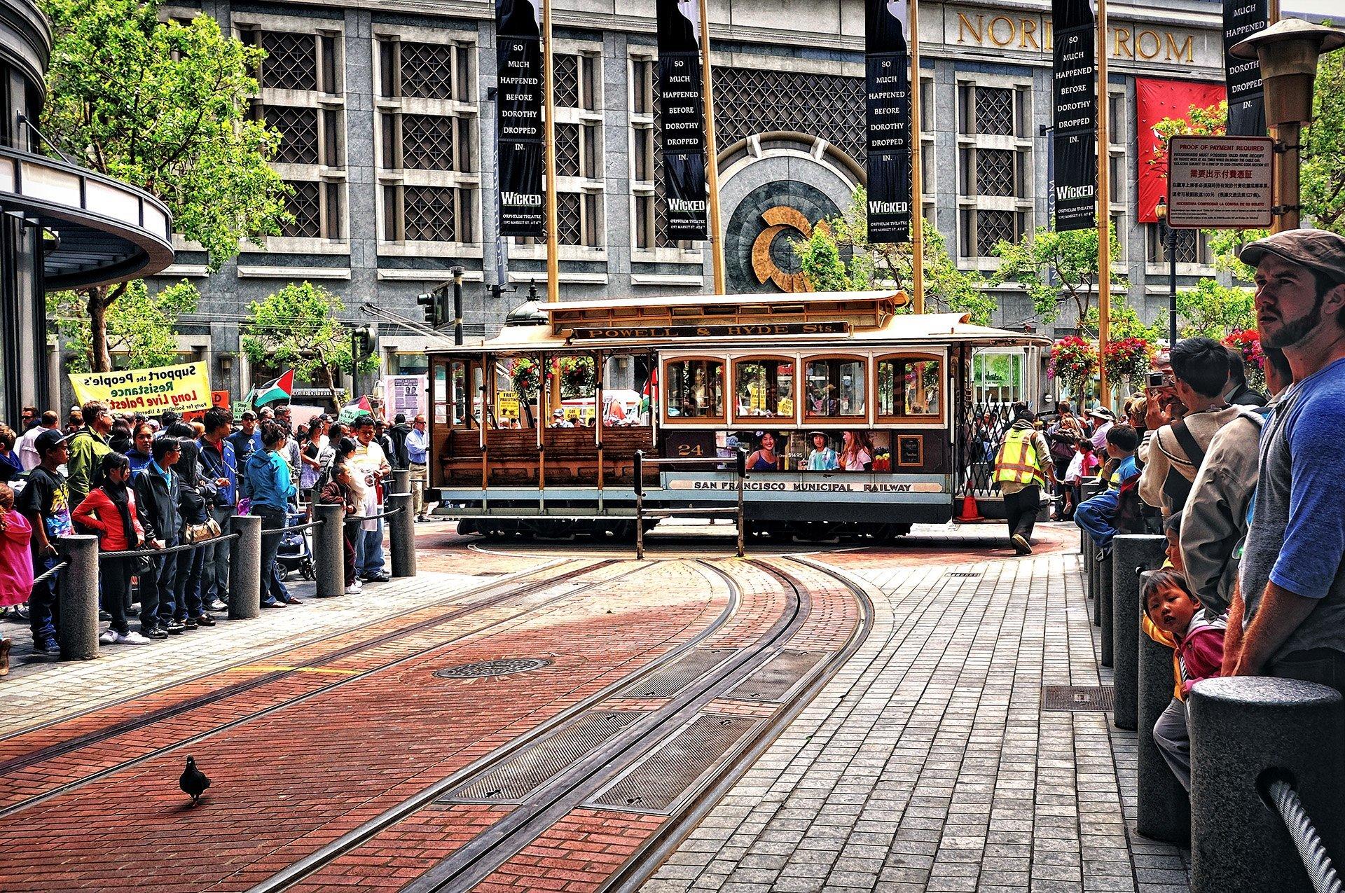 tramvay yolu ve insanlar