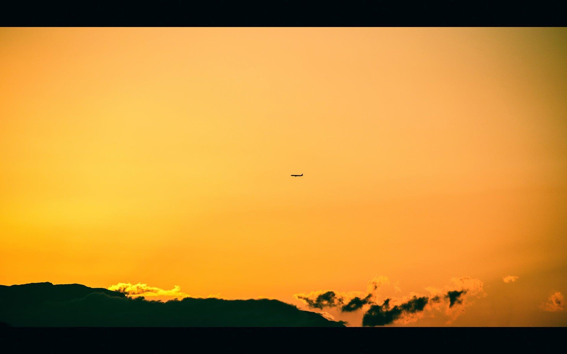 turuncu gökyüzü ve uçak